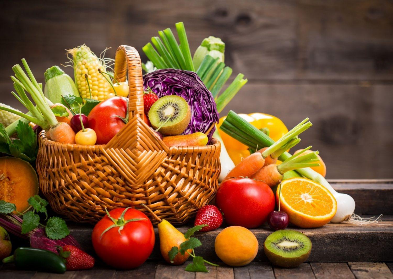 Kosz zimowych owoców i warzyw